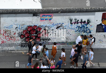 Berlin, Germany. 21st July, 2019. The East Side Gallery is an attraction not only for tourists. Credit: Paul Zinken/dpa/Alamy Live News - Stock Photo