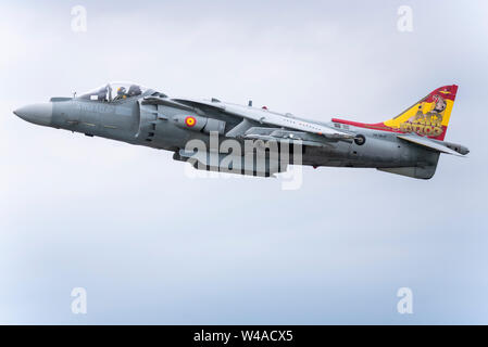 RAF Fairford, Gloucestershire, UK. RIAT is regarded as the world's largest military airshow with participating aircraft flying in from all over the globe, with over 30 air arms from 20 different countries present in 2019. Spanish Navy AV-8B Harrier II jump jet - Stock Photo