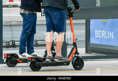 Berlin, Germany. 05th July, 2019. An e-scooter riding on a bicycle lane. Credit: Jens Kalaene/dpa-Zentralbild/ZB/dpa/Alamy Live News - Stock Photo
