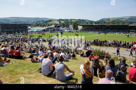 Wales, UK. 23rd July, 2019.23.07.19 Crowds flock to the show ground amid the scorching heat at the 100th Royal Welsh Agricultural Show at Llanelwedd, Builth Wells, Mid Wales. Credit: James Davies/Alamy Live News - Stock Photo