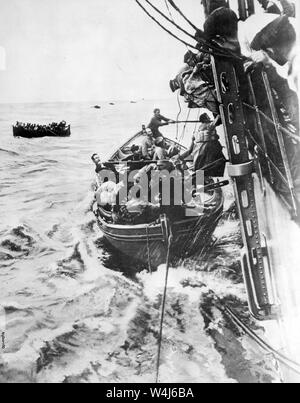 Passengers Rescued from the French Liner Sontay, French liner Sontay sinking in the Mediterranean after being torpedoed by a German submarine, during the First World War 16 April 1917 - Stock Photo