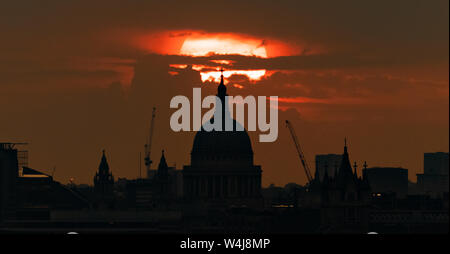 London, UK. 23rd July, 2019. UK Weather: Evening sunset over St. Paul's Cathedral with city temperatures potentially reaching 37C – a July record – by the end of the week. Credit: Guy Corbishley/Alamy Live News - Stock Photo