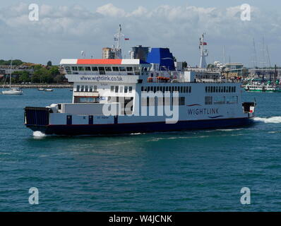 AJAXNETPHOTO. 3RD JUNE, 2019.  PORTSMOUTH, ENGLAND - PORTSMOUTH TO ISLE OF WIGHT WIGHT LINK ST.FAITH LEAVING HARBOUR. PHOTO:JONATHAN EASTLAND/AJAX REF:GX8_190306_326 - Stock Photo