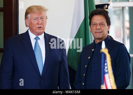(190724) -- BEIJING, July 24, 2019 (Xinhua) -- U.S. President Donald Trump (L) welcomes Pakistani Prime Minister Imran Khan at the White House in Washington, DC, the United States, on July 22, 2019. (Photo by Ting Shen/Xinhua) - Stock Photo