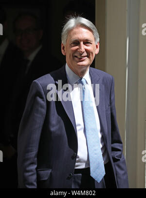 London, UK. 24th July, 2019. Philip Hammond, Chancellor of the Exchequer shakes hands with his staff as he leaves Number 11 Downing Street to go to Prime Ministers Questions in the House of Commons. She will then visit Queen Elizabeth II and step  down as Prime Minister, before Boris Johnson takes over as the new Prime Minister at Number 10 Downing Street, London, on July 24, 2019 Credit: Paul Marriott/Alamy Live News - Stock Photo
