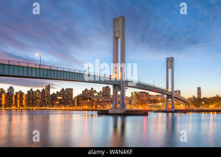 Wards Island Bridge crossing the Harlem River between Manhattan Island and Wards Island in New York City. - Stock Photo