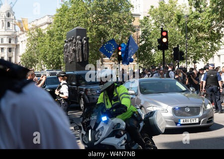 Westminster, London, UK. 24th July 2019. Crowds gather outside Downing Street, awaiting the arrival of Prime Minister Boris Johnson. PICTURED: The new Prime Minister's motorcade arrives at Downing Street. Credit: Bridget Catterall/Alamy Live News - Stock Photo