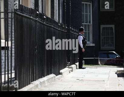 London, UK. 24th July, 2019. A policeman stands outside Number 10 Downing Street on the day that Boris Johnson takes over as the new Prime Minister at Number 10 Downing Street, London, on July 24, 2019 Credit: Paul Marriott/Alamy Live News - Stock Photo