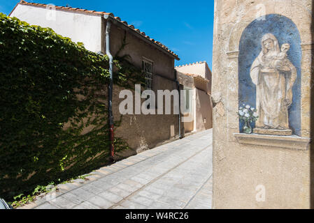 """Sainte-Marie-la-Mer along the """"Cote Radieuse"""" coastal area (south of France): empty lane in the village. Drawing depicting Madonna and the Child - Stock Photo"""