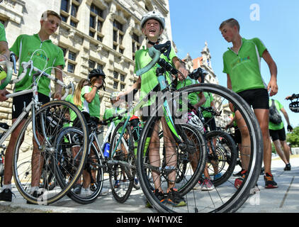 Leipzig, Germany. 25th July, 2019. Participants in the student bicycle tour 'Rolling Classroom' for the 30th anniversary of the fall of the Berlin Wall from Leingarten, Heilbronn and surroundings arrive in front of the New Town Hall. The bicycle tour started on 20 July in Heilbronn and leads to places that have written history in East Germany. It ends on 28.07.2019 in Berlin. Credit: Jens Kalaene/dpa-Zentralbild/dpa/Alamy Live News - Stock Photo