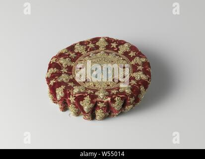 Playground of wine red velvet decorated with silver brocade and embroidered in silver thread and multicolored silk with an unidentified weapon, Play fair of wine red velvet decorated with silver brocade and embroidered in silver thread and multicolored silk with an unidentified weapon. Model: The flat round bottom is surrounded by a wavy raised edge with holes through which a cord is made of braided silk - ending in a button with a wooden core and wound with silk. Lined with goat leather, originally covered with red silk, now only remains of this. Decoration: the 20 protrusions or 'ribs' are - Stock Photo
