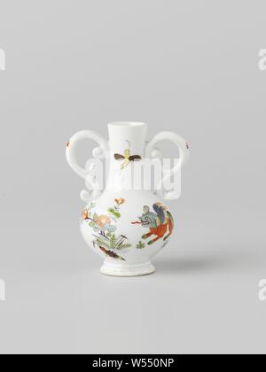 Bottle with two ears, multicolored painted with a Kakiemon decor, painted porcelain. The bottle is painted with a bamboo tiger on one side and a prunus with a thick purple trunk on the other. The bottle is marked., Meissener Porzellan Manufaktur, Meissen, c. 1735, porcelain (material), h 6.6 cm × w 5.4 cm × d 4.1 cm - Stock Photo
