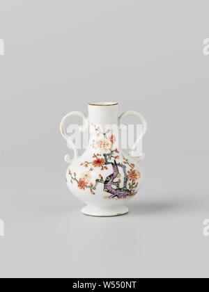 Bottle with two ears, multicolored painted with a Kakiemon decor, painted with a Kakiemon decor. The vase is not marked., Meissener Porzellan Manufaktur, Meissen, c. 1735, porcelain (material), h 6.2 cm × w 4.9 cm × d 4.4 cm - Stock Photo