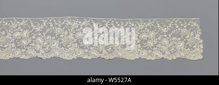 Fringes of needle lace with daisies and flowers with circular petals around a circular flower heart, Fringes of natural colored needle lace: Brussels lace. The repeating pattern consists of three c-volutes along the underside of the strip, which form the frame of a slanted medallion. The medallion is crowned by a daisy from which a drop-shaped motif then emerges, which lies along the underside of the strip and is also made up of c-volutes. Between the successive medallions with drops are two large daisies along the underside of the strip. From this comes a flower branch with long narrow - Stock Photo