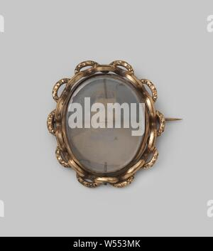 Brooch with photo of a young man, Brooch of gilt copper with image (photo) of a young man. Standing oval smooth copper frame, surrounded by a large link made of smooth and machined gilt copper. Thick glass with polished facet. Remote excellent pin. The image is a bust of a young man. Medium hair, divorce, ring beard. Jacket with high fastening and small lapel, bow tie, collar with bent points. Originally sat on the blue / black silk frock from 1860., anonymous, c. 1860 - c. 1870, copper (metal), glass, ambrotype, h 5.9 cm × w 6.3 cm × d 1.6 cm × w 30 - Stock Photo