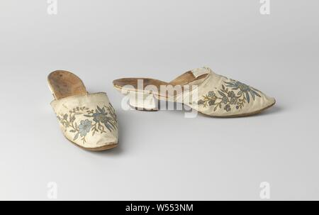 Mules made from batik cotton, with Viennese heel, three-quarters covered with white glaze, Mules made from batik cotton. Front piece of white cotton with batik in blue, flowers with outlines in black. Sole of brown suede sole, equal left and right, slim and with rounded nose. Three-quarter heel with white glacé covered, S-shaped back line and a straight front, Viennese heel., anonymous, India (possibly), c. 1775 - c. 1800, geheel, zool, voering, l 24 cm × w 7 cm × h 5 cm - Stock Photo