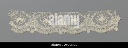 Strip of needle lace with hanging hearts, Strip of natural colored needle lace: Brussels lace. The repeating pattern consists of large semicircular shells formed by connected c-volutes. Above each volute is a single rose with a radiant wreath of short twigs with berries. The switching points between the volutes are formed by oval medallions, which are decorated with a leaf crown. From the leaf crown comes a fine sling that runs with a bow over the rose to the next medallion. The scallop edge is formed by hanging heart-shaped leaves under the volutes interspersed with three hanging daisies - Stock Photo
