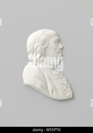 Portrait of Benjamin Franklin, Portrait of porcelain in biscuit. The portrait shows Benjamin Franklin (1706-1790). Inscription on the back with 'B: FRANKLIN', Benjamin Franklin, Manufacture de Sèvres, Sèvres, c. 1780 - c. 1795, porcelain (material), h 0.4 cm × w 2.6 cm × d 3.6 cm - Stock Photo