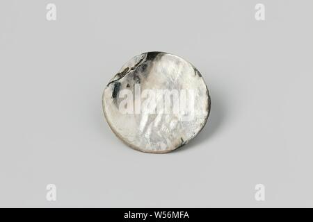 Button made of mother-of-pearl from the wreck of the East Indies sailor 't Vliegend Hart, mother-of-pearl knot, Dutch East India Company ' t Vliegend Hart (ship), Middelburg, 1700 - 3-Feb-1735, mother of pearl, h 1 cm × d 3.6 cm