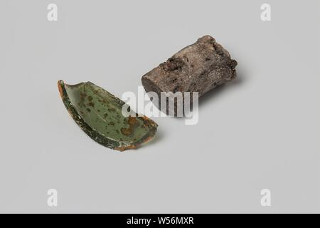 Glass shard and cork of a wine bottle from the wreck of the East Indies 't Vliegend Hart, The brown cork and the green glass fragment were once part of a wine bottle, Dutch East India Company ' t Vliegend Hart ( ship), anonymous, Middelburg, 1700 - 1735, cork, l 2.5 cm d 1.7 cm h 3.5 cm w 1.6 cm × d 1.7 cm