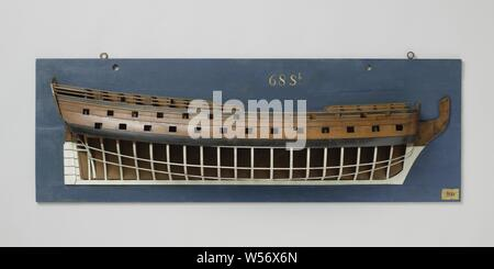 Half model or a 68-Gun Ship of the Line, Polychromed mold model (starboard) of a three-mast with some decoration. Thirty-one gun ports spread over three decks, the skin of the two gun decks is closed, the deck of the upper campaign is closed, there is a horizontal mold on the level of the lower deck. The stern has a twisted mirror, in which the ration wood is indicated. Hol wulf, two-storey fence with scalloped top edge, no side gallery. Straight rudder with square rudder king that follows below the heel of the keel and on which seven rudder sets are indicated. Sheer ascending to the rear, two - Stock Photo