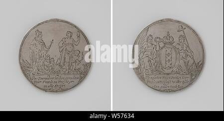 Siege of Amsterdam by Willem II, Silver Medal. Front: Jupiter, Venus and Amor standing in the midst of military equipment over inscription. Reverse: Peace with palm branch and laurel wreath and Freedom with freedom hat on spear sitting next to crowned Amsterdam coat of arms above inscription, Amsterdam, Willem II (Prince of Orange), anonymous, 1650, silver (metal), engraving, d 5.3 cm × w 286 - Stock Photo
