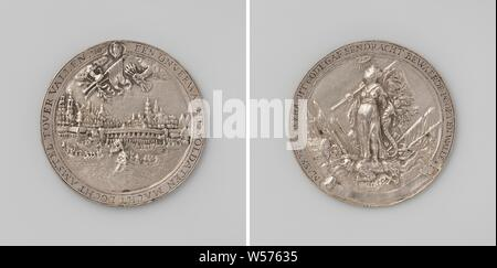 Siege of Amsterdam by Willem II, Silver Medal. Front: view of Amsterdam and ships on the Amstel, above it two hands from clouds with a bundle of arrows, olive branch, palm branch and banner under a coat of arms within an inscription. Reverse: Peace with horn of abundance and banner trampled on, lighted by a sky-fallen soldier in the midst of a weapon in a circular, Amsterdam, Willem II (Prince of Orange), anonymous, 1650, silver (metal), engraving, d 5.9 cm × w 48.13 - Stock Photo