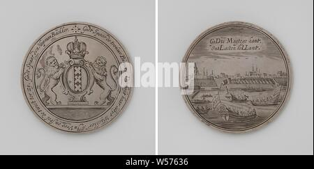 Siege of Amsterdam by Willem II, Silver Medal. Front: crowned coat of arms of Amsterdam flanked by two lions in a circle. Reverse: view of Amsterdam and ships on the Amstel with inscription, Amsterdam, Willem II (Prince of Orange), anonymous, 1650, silver (metal), engraving, d 6.6 cm × w 49.52 - Stock Photo