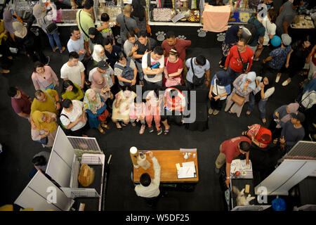 Kuala Lumpur, Malaysia. 28th July, 2019. Visitors watch as a cat is judged during a competition of the National MEOW Championship 2019 in Kuala Lumpur, Malaysia, July 28, 2019. Credit: Chong Voon Chung/Xinhua/Alamy Live News - Stock Photo