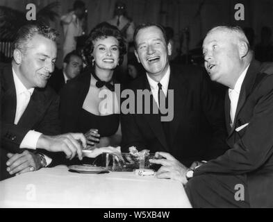 ROSSANO BRAZZI SOPHIA LOREN JOHN WAYNE and director HENRY HATHAWAY candid during filming LEGEND OF THE LOST 1957 Batjac Productions / Dear Films Produzione / United Artists - Stock Photo