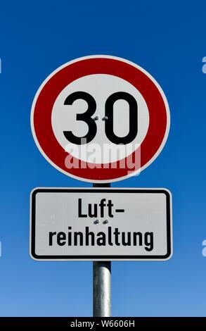 Strassenschild Luftreinhaltung Tempo 30 - Stock Photo