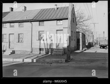 Lancaster, Pennsylvania - Housing. Low-priced houses on Cabbage Hill - rental about $12.00 per month - (umbrella factory in distance) - Stock Photo