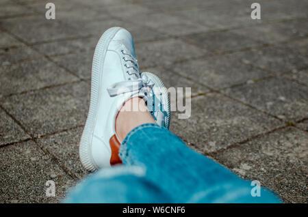 weiße sneaker - Stock Photo