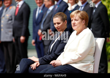 Impressionen: nach den juengsten Zitteranfaellen wurden fuer die Bundeskanzlerin Stuehle auf das Podest gestellt: Mette Frederiksen, Angela Merkel - T - Stock Photo