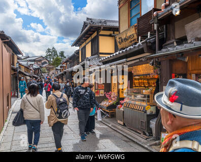 Traditional Japanese buildings on Ninen-zaka, a street in the Southern Higashiyama district of Kyoto, Japan - Stock Photo