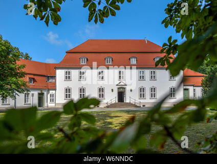 01 August 2019, Brandenburg, Wiepersdorf: Wiepersdorf Castle. Since 01.08.2019 the castle has been under the sponsorship of the state of Brandenburg. The German Foundation for Monument Conservation has handed over the land and the buildings including the inventory of Wiepersdorf Castle to the newly founded Cultural Foundation. The state provides around 720,000 euros annually for the operation. According to the information provided, the reopening of the house and the arrival of the first scholarship holders in 2020 will be prepared. Photo: Patrick Pleul/dpa-Zentralbild/ZB - Stock Photo