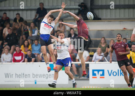 Heidelberg, Germany. 28th July, 2019. German championships in seven-man rugby on 27 and 28 July 2019 in Heidelberg. TSV Handschuhsheim against the Berlin RC. Both players miss the kick. In the middle of the picture Jaco Otto (Handschuhsheim) lifts his teammate. Credit: Jürgen Kessler/Kessler-Sportfotografie/dpa/Alamy Live News - Stock Photo