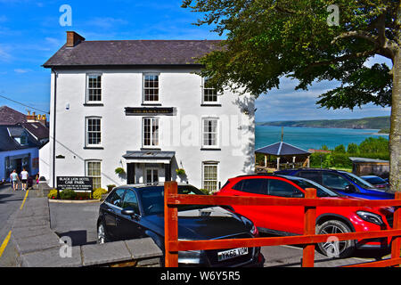 The Black Lion Hotel in Newquay, W.Wales. Cars parked in front. Stunning coastal sea views from rear beer garden, of Cardigan Bay. - Stock Photo