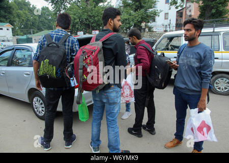August 3, 2019: Srinagar, Kashmir. 03 August 2019. Tourists and pilgrims wait for transport as they prepare to leave Srinagar, in Indian Administered Kashmir. A government order in India administered Kashmir on Friday asked tourists as well as Hindu pilgrims visiting a Himalayan cave shrine in Kashmir to cut short their journey and leave because of security concerns.Tensions have increased in Indian administered Kashmir following the announcement of the deployment of 10,000 additional troops in the region Credit: Muzamil Mattoo/IMAGESLIVE/ZUMA Wire/Alamy Live News - Stock Photo