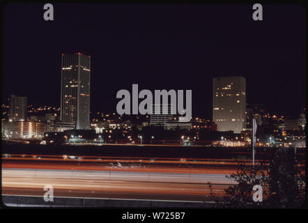 DOWNTOWN CORE AREA OF PORTLAND, AFTER 7 P.M. ON NOVEMBER 2 1973, DURING THE STATE'S ENERGY CRISIS WITH FEW COMMERCIAL AND NEON LIGHTING DISPLAYS. THIS PHOTO LOOKS TOWARD THE WEST WITH THE WILLAMETTE RIVER IN THE FOREGROUND - Stock Photo