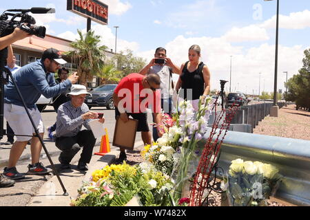 El Paso, USA. 4th Aug, 2019. A man lays flowers at a memorial site for mass shooting victims in El Paso of Texas, the United States, on Aug. 4, 2019. The U.S. federal government is treating a mass shooting in the U.S. state of Texas on Saturday as a domestic terrorism case, the U.S. attorney for the Western District of Texas said Sunday. The attack in the border city of El Paso in Texas left 20 people dead and 26 wounded. A 21-year-old white male has been arrested. Credit: Liu Liwei/Xinhua/Alamy Live News - Stock Photo
