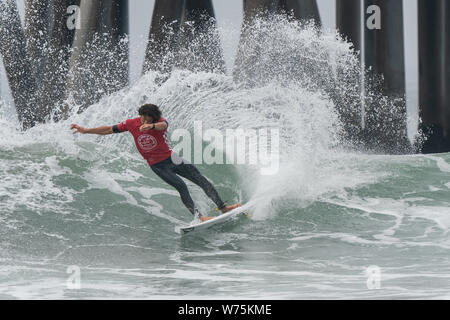 Orange County, USA. 4th Aug, 2019. Brazail's Yago Dora competes during the men's final of Vans US Open of Surfing at Huntington Beach, California, the United States, on Aug. 4, 2019. Credit: Qian Weizhong/Xinhua/Alamy Live News - Stock Photo