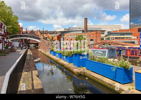 A view along the New Main Line canal in Gas Street Basin towards the Bar Footbridge and Regency Wharf and Broad Street, Birmingham - Stock Photo