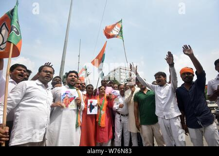 August 5, 2019: BJP supporters celebrate after Union Home Minister Amit Shah introduced the proposal to remove Article 370 in the state of Jammu and Kashmir, in Prayagraj, Monday, Aug 5, 2019. Credit: Prabhat Kumar Verma/ZUMA Wire/Alamy Live News - Stock Photo