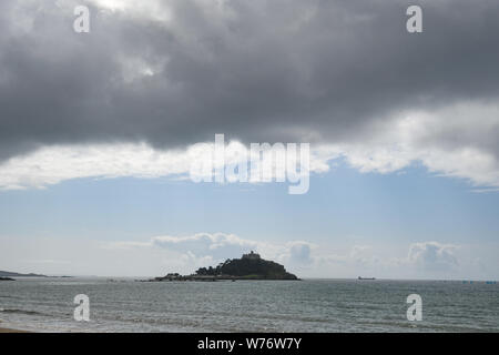 Marazion, Cornwall, UK. 5th August 2019. Uk Weather. Dark storm clouds gather over St Michaels Mount this morning. Credit Simon Maycock / Alamy Live News. - Stock Photo