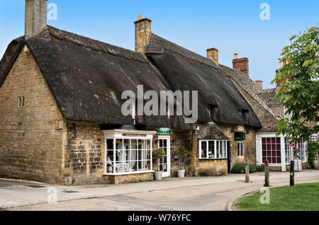 Cotswold cottages and shops in Broadway - Stock Photo