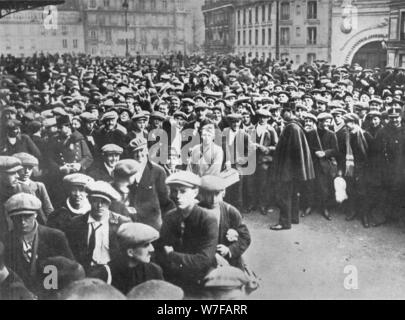 'The new French armies: Conscripts and volunteers waiting to enrol for service', 1915. Artist: Unknown. - Stock Photo