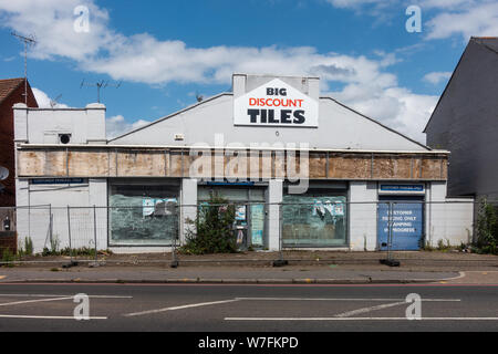 A shop on Oxford Road in Reading, UK is left empty, vacant and derelict - Stock Photo