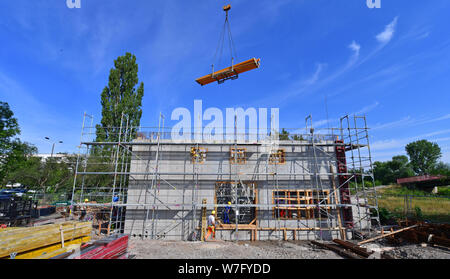 Erfurt, Germany. 06th Aug, 2019. The construction site for a hydropower plant is a station of the summer tour of Thuringia's Environment Minister Siegesmund (Bündnis90/Die Grünen). The tour leads over 9 days and 24 stations along the green and the blue band through Thuringia. At the edge of the grounds of the Federal Garden Show 2021 in Erfurt, a new hydroelectric power station is being built to generate energy and irrigate meadows and fields. Credit: Martin Schutt/dpa-Zentralbild/dpa/Alamy Live News - Stock Photo