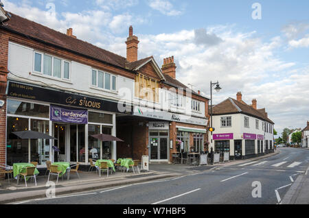 Shops, cafes and restaurants on Reading Road in the centre of the village of Pangbourne in West Berkshire, UK. - Stock Photo